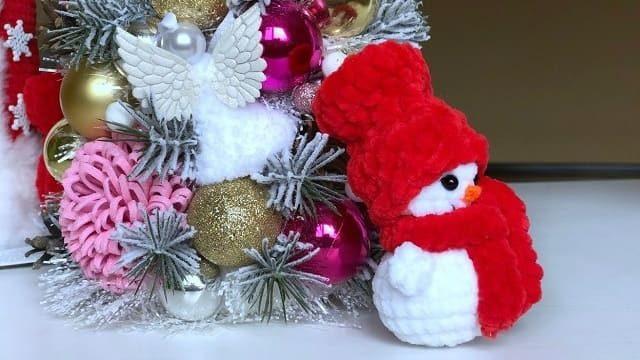 Маленький вязаный снеговик